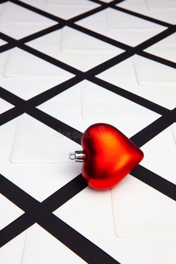 Composição com envelopes brancos e coração vermelho fotografia de stock royalty free