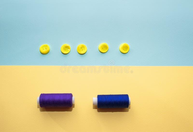 Composição com escuro - linhas e acessórios azuis costurar no fundo amarelo fotos de stock royalty free