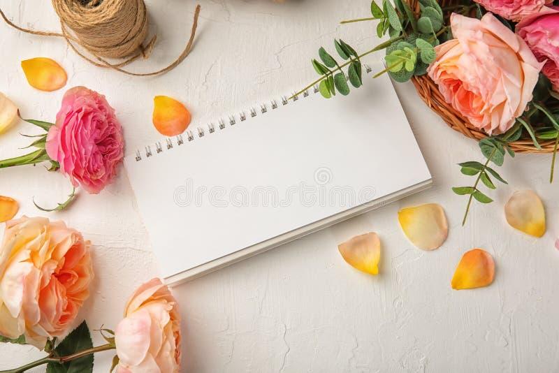 Composição com flores bonitas e calendário vazio no fundo da cor fotos de stock royalty free
