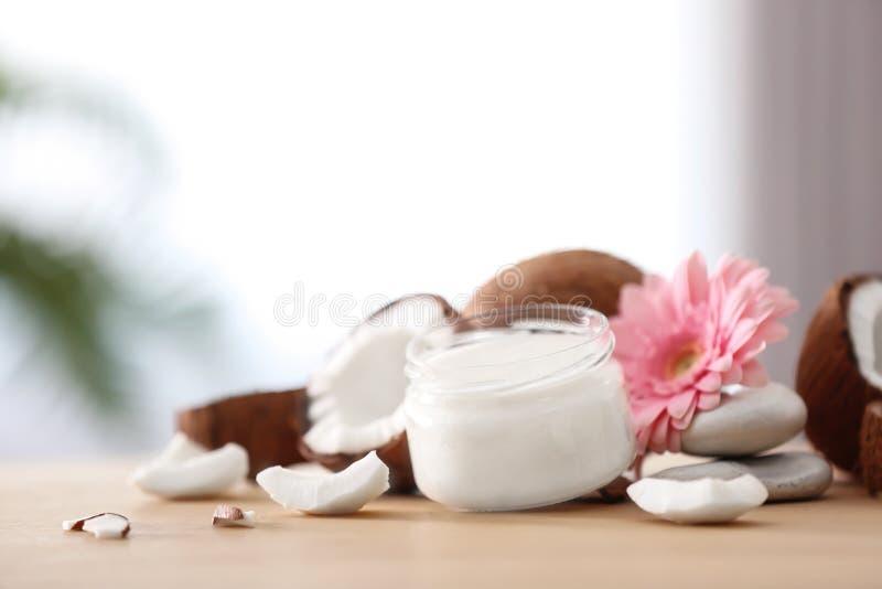 Composição com manteiga de coco no frasco de vidro fotografia de stock royalty free