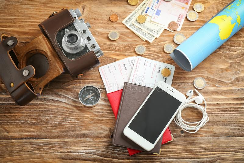 Composição com mapa do mundo, passaportes e telefone celular na tabela de madeira Conceito do planeamento do curso imagens de stock royalty free