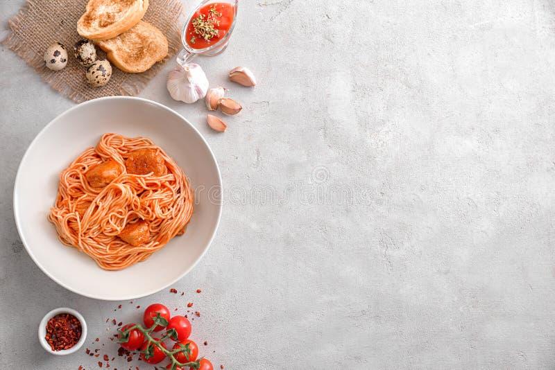 Composição com massa deliciosa no fundo claro fotos de stock
