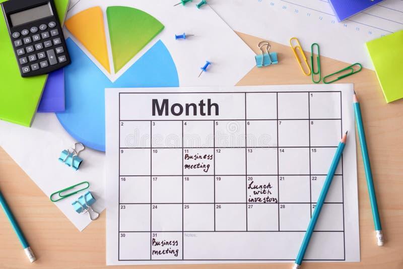 Composição com o calendário de nomeação no fundo de madeira foto de stock