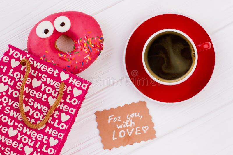 Composição com o copo da filhós e de café imagens de stock royalty free