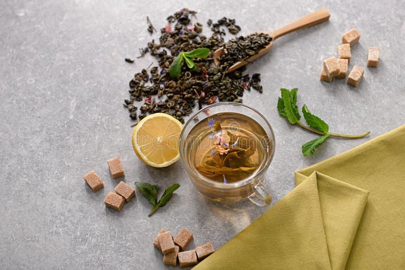 Composição com o copo do chá aromático na tabela foto de stock royalty free