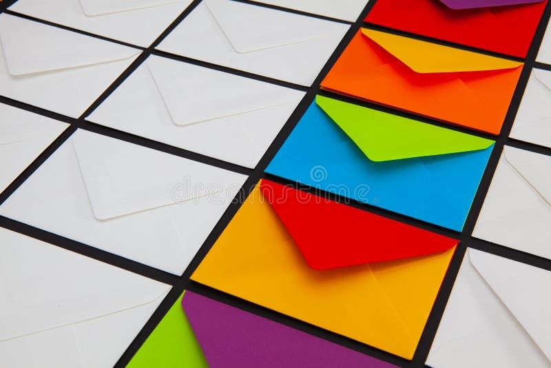 Composição com os envelopes brancos e coloridos na tabela foto de stock royalty free