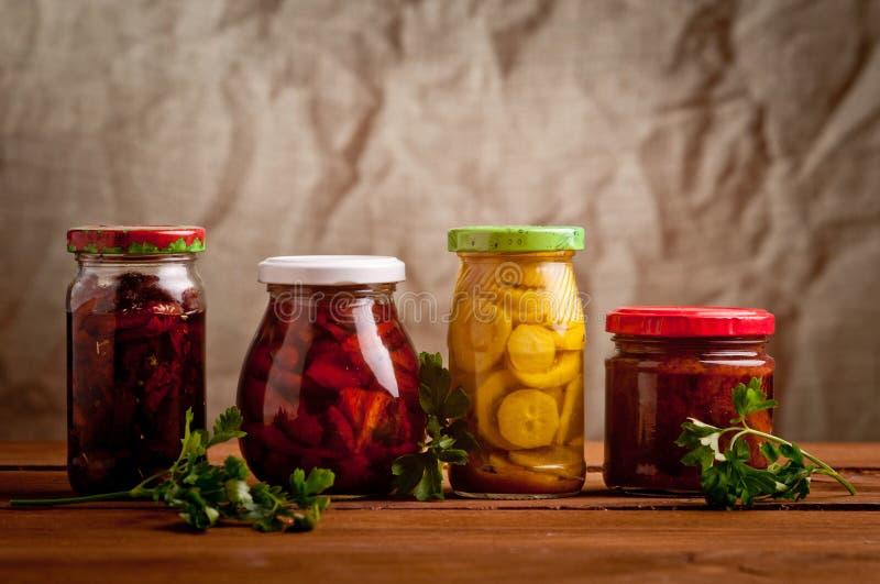 Composição com os frascos de vegetais conservados. fotografia de stock
