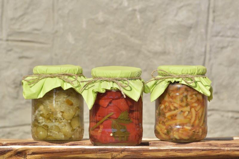 Composição com os frascos de vegetais conservados fotografia de stock royalty free