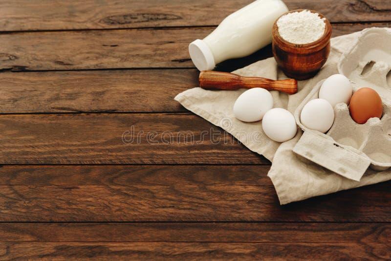 Composição com os ingredientes para cozer sobre o fundo de madeira fotos de stock royalty free