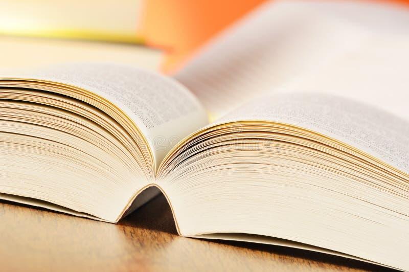 Composição com os livros na tabela foto de stock