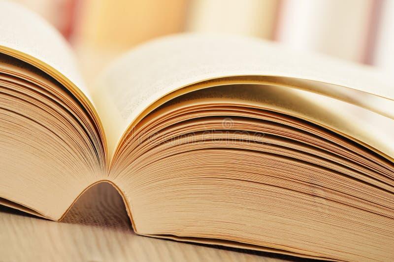 Composição com os livros na tabela fotografia de stock