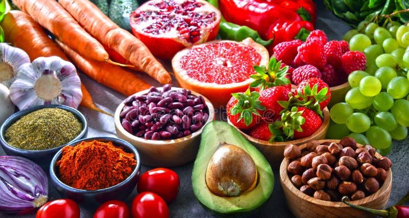 Composição com os produtos frescos do mantimento do vegetariano fotos de stock