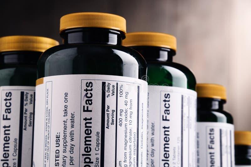 Composição com os recipientes do suplemento dietético Comprimidos da droga fotografia de stock