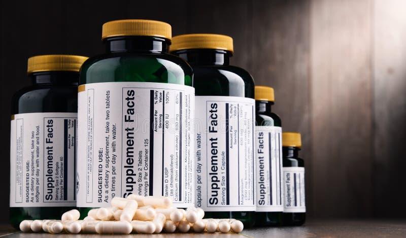 Composição com os recipientes do suplemento dietético Comprimidos da droga imagens de stock royalty free