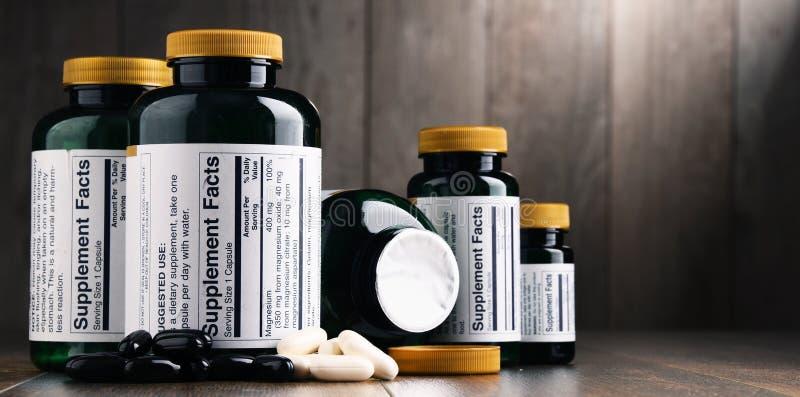 Composição com os recipientes do suplemento dietético Comprimidos da droga fotografia de stock royalty free