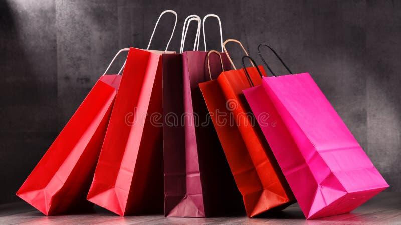 Composição com os sacos de compras de papel vermelhos imagens de stock