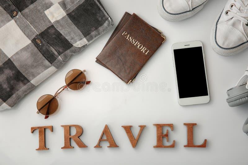 """Composição com passaportes, roupa masculina, smartphone e palavra \ """"curso \"""" no fundo branco imagem de stock royalty free"""