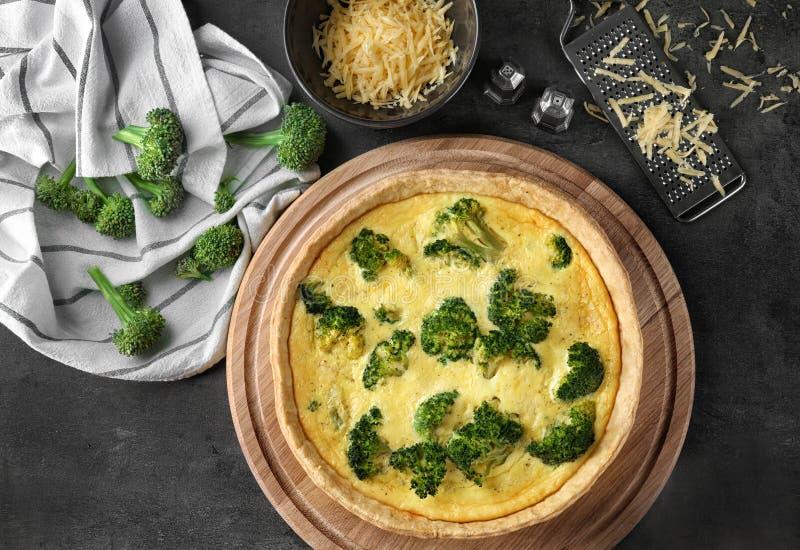 Composição com a quiche saboroso dos brócolis imagens de stock royalty free
