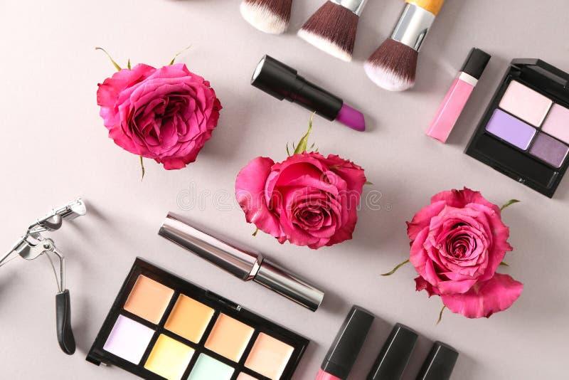 Composição com rosas e cosméticos no fundo claro foto de stock royalty free