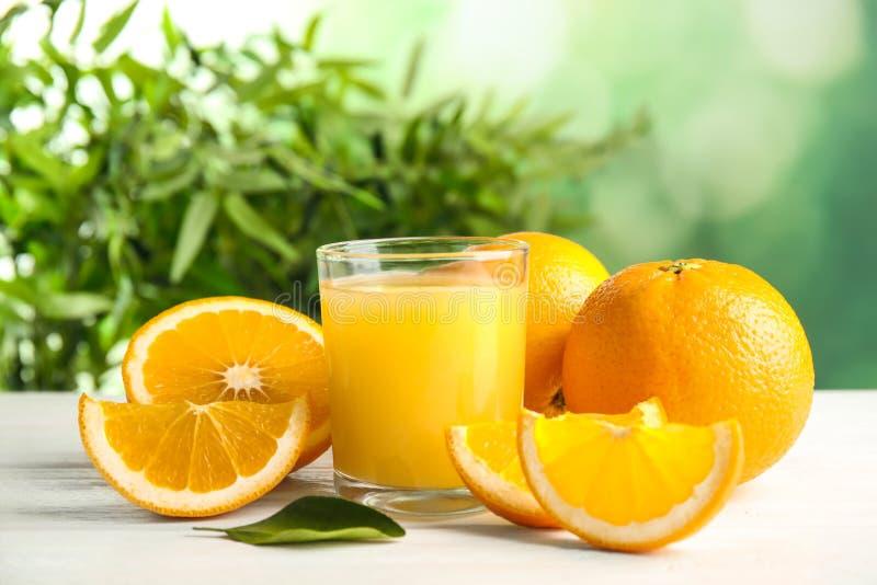 Composição com suco de laranja e fruto fresco fotos de stock royalty free