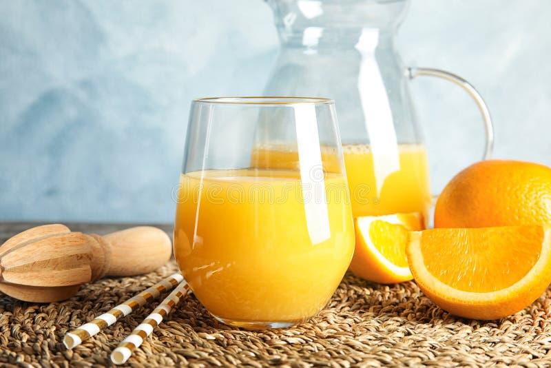 Composição com suco de laranja e fruto fresco foto de stock royalty free