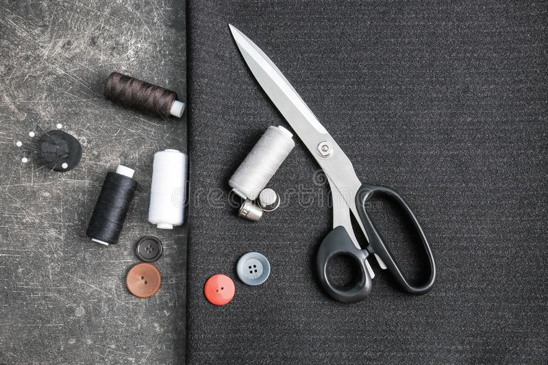 Composição com tela e acessórios costurar no fundo escuro fotos de stock