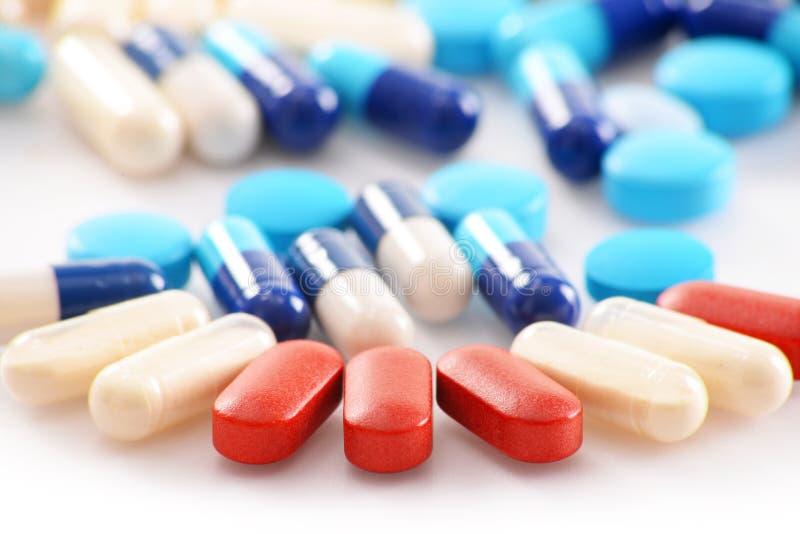 Composição com variedade de comprimidos da droga e de suplementos dietéticos imagem de stock royalty free