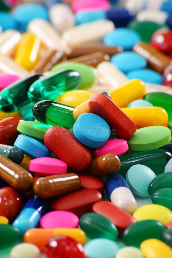 Composição com variedade de comprimidos da droga e de suplementos dietéticos foto de stock