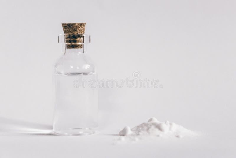 Composição com vinagre e bicarbonato de sódio no fundo brilhante imagens de stock