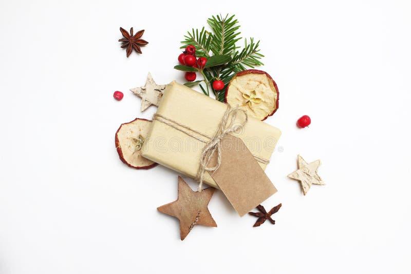 Composição conservada em estoque denominada festiva da imagem do Natal Caixa de presente feito a mão com a etiqueta do papel do o imagem de stock