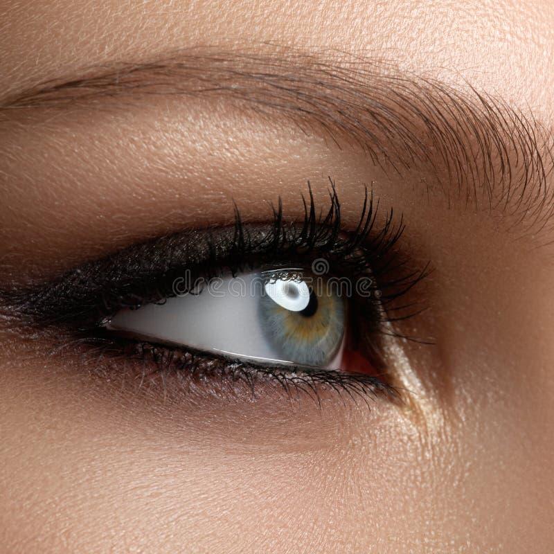 Composição creativa do olho Olhos elegantes do fumo Os cosméticos e fazem fotografia de stock