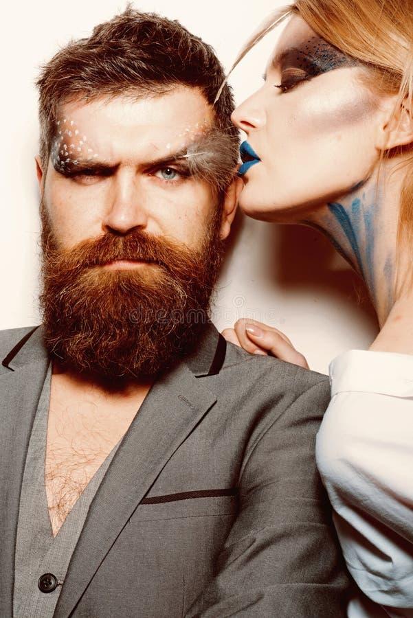 Composição creativa Pares no amor com olhar criativo da composição Homem farpado do beijo sensual da mulher com composição criati foto de stock