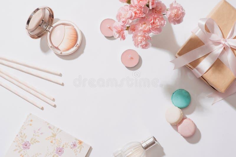 Composição criativa e da forma Objetos dos artigos de papelaria na mesa Fl fotografia de stock