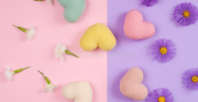 A composição da arte com as flores lilás e brancas, cor fez malha corações no fundo do papel Configuração lisa, espaço da cópia C imagens de stock royalty free