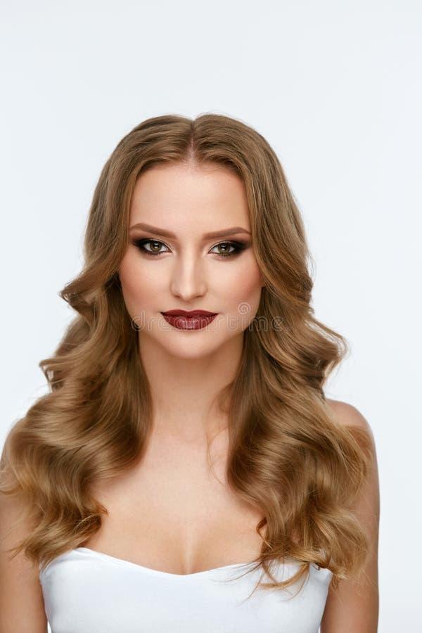 Composição da beleza Jovem mulher com cara e penteado bonitos foto de stock