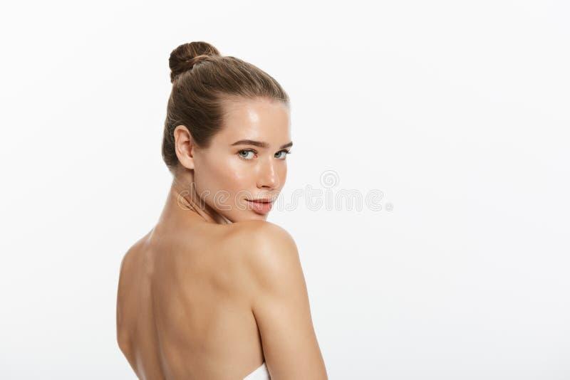 A composição da beleza da mulher, cara natural compõe, cuidados com a pele do corpo, Touching Neck Chin modelo bonito imagens de stock
