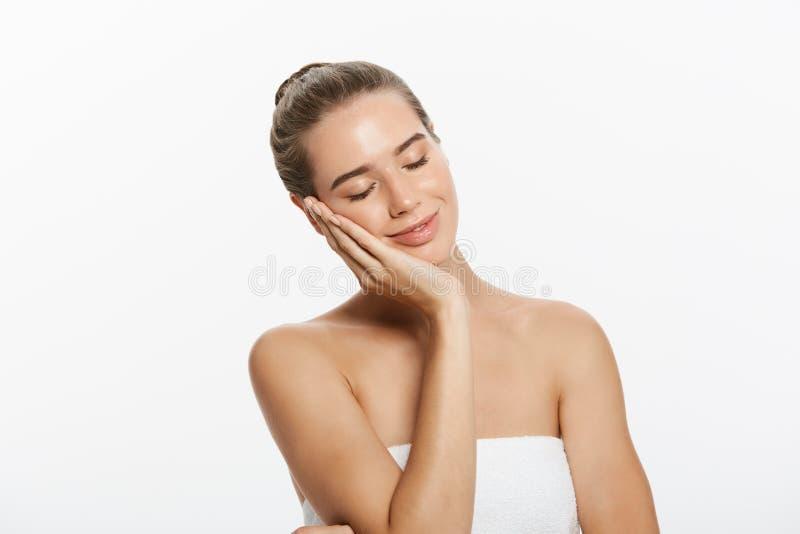 A composição da beleza da mulher, cara natural compõe, cuidados com a pele do corpo, Touching Neck Chin modelo bonito fotografia de stock