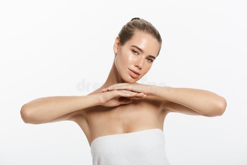 A composição da beleza da mulher, cara natural compõe, cuidados com a pele do corpo, Touching Neck Chin modelo bonito imagens de stock royalty free