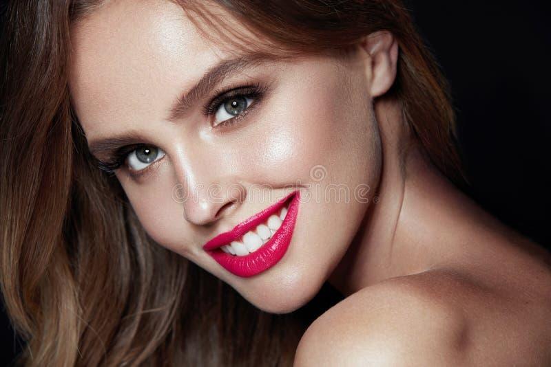 Composição da beleza Mulher com cara bonita e os bordos cor-de-rosa imagens de stock royalty free