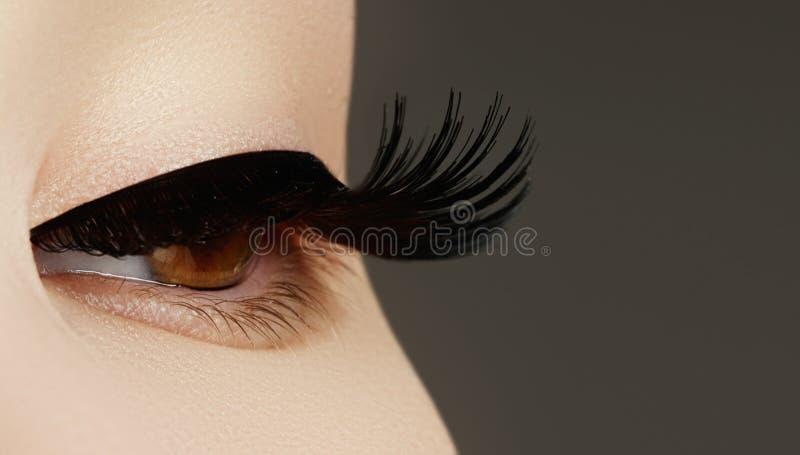 Composição da cara da beleza a mulher com vara Extensões das pestanas Perfeito faça fotografia de stock