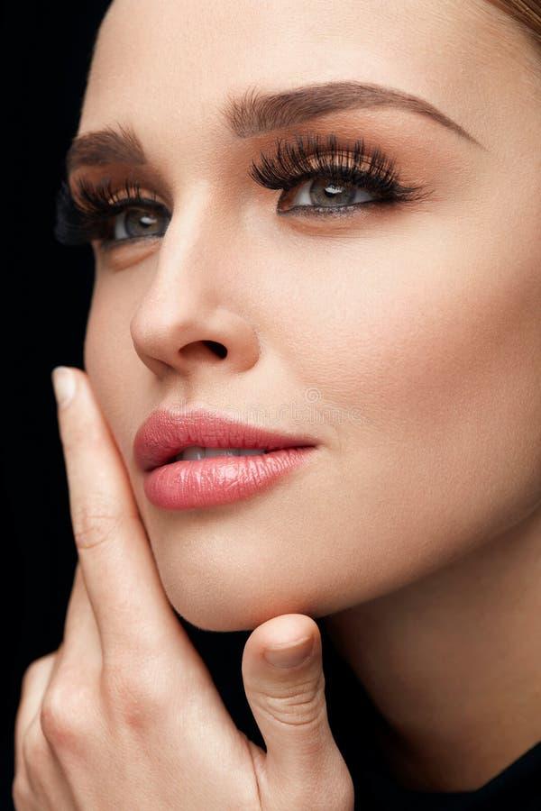 Composição da cara Mulher bonita com pestanas longas, pele macia foto de stock