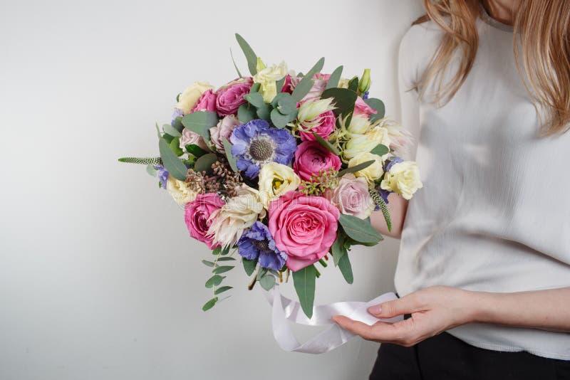 Composição da flor Colora o rosa, verde, lavander, azul Ramalhete luxuoso bonito de flores misturadas na mão da mulher O trabalho imagem de stock