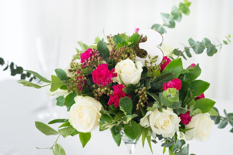 Composição da flor do casamento na tabela Ramalhete com as rosas com número três fotos de stock royalty free