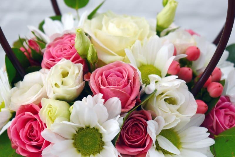 Composição da flor no hatbox original foto de stock royalty free