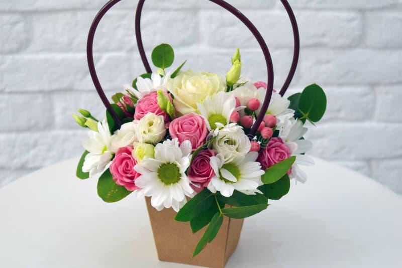 Composição da flor no hatbox original fotos de stock