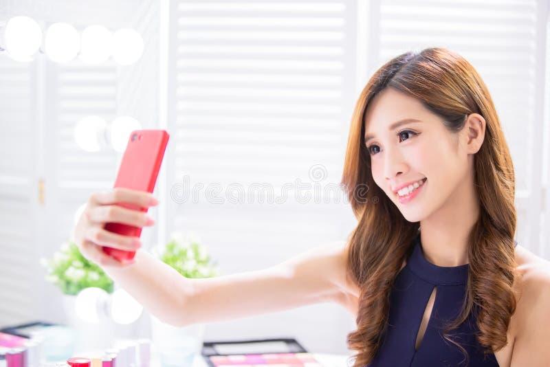 Composição da mulher e para tomar o selfie fotografia de stock