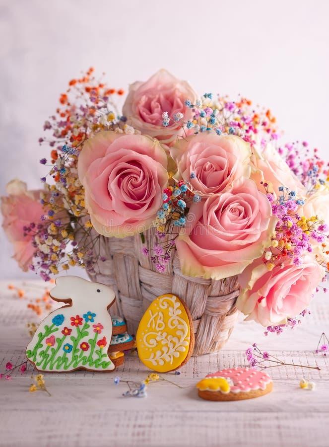 Composição da Páscoa com flores e cookies foto de stock royalty free