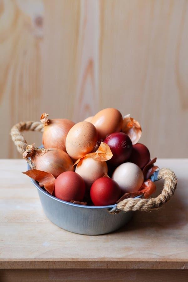 Composição da Páscoa com ovos em uma bacia rústica do metal fotos de stock royalty free