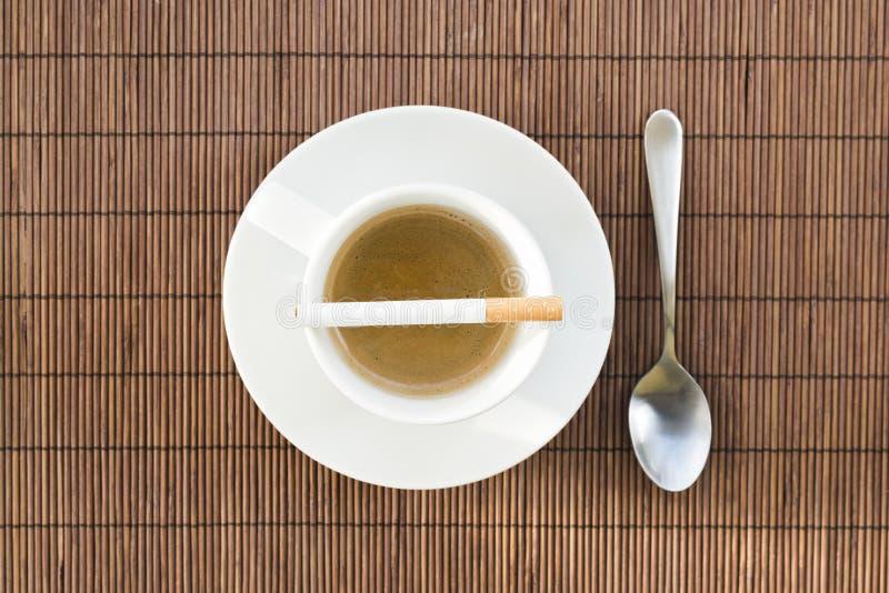Composição da xícara de café e do cigarro fotos de stock