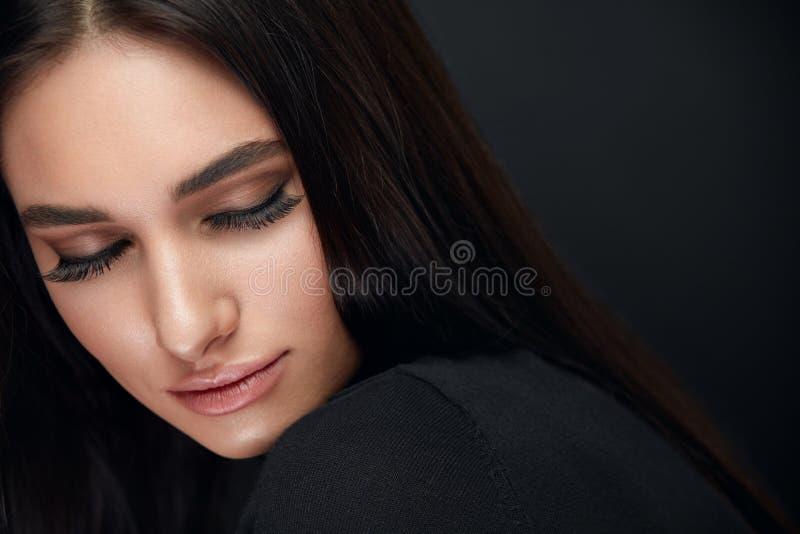 Composição das pestanas Cara da beleza da mulher com extensões pretas dos chicotes foto de stock